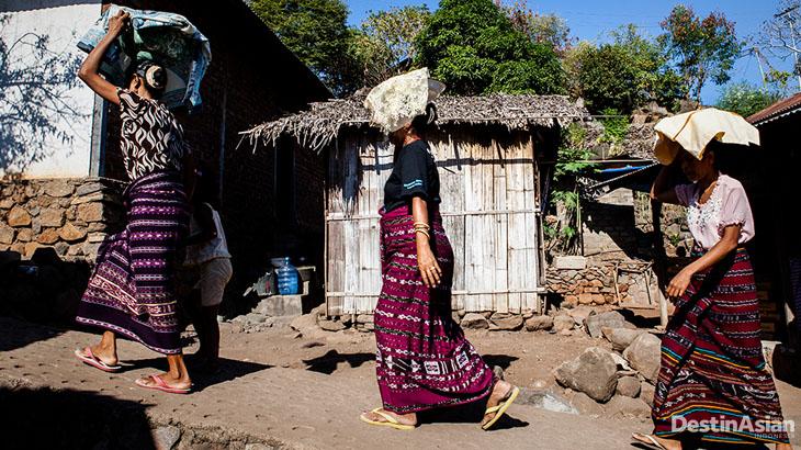 Kain tenun menjadi pakaian sehari-hari para wanita Lamalera.