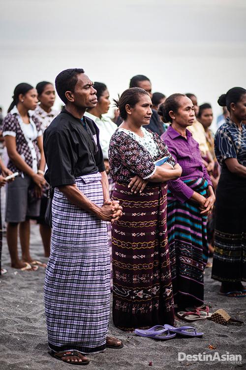 Warga Lamalera mengikuti prosesi misa pembukaan musim melaut.