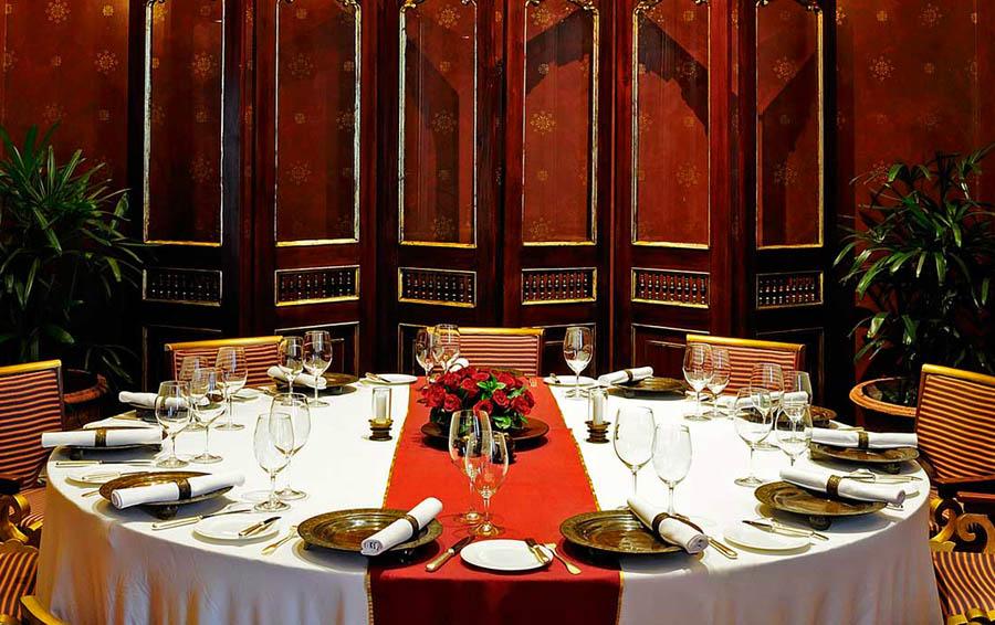 Interior restoran Sriwijaya yang banyak dihiasi pernak-pernik khas Indonesia.