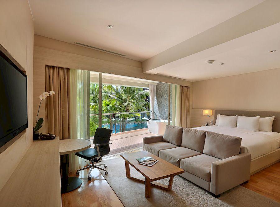Beberapa tipe kamar dilengkapi dengan bathtub di balkon.