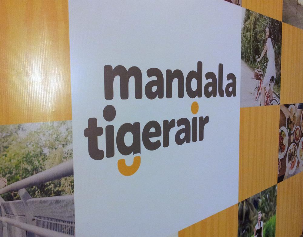 Ini lah logo terbaru Tigerair Mandala. Menghilangkan gambar harimaunya, mereka mengusung konsep lebih simpel dengan aksen ekor harimau yang bisa diartikan juga sebagai siluet senyuman.