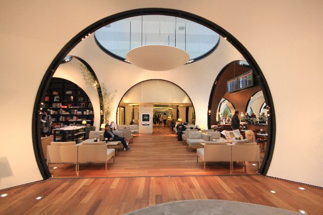 Desain melengkung mendominasi lounge tersebut.