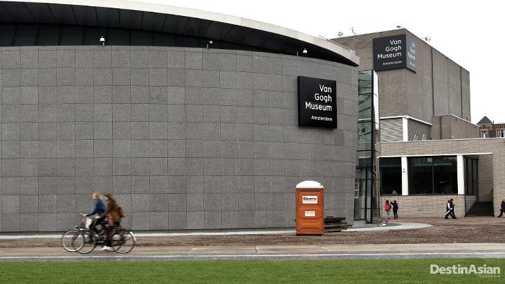 Bangunan museum Van Gogh yang modern.
