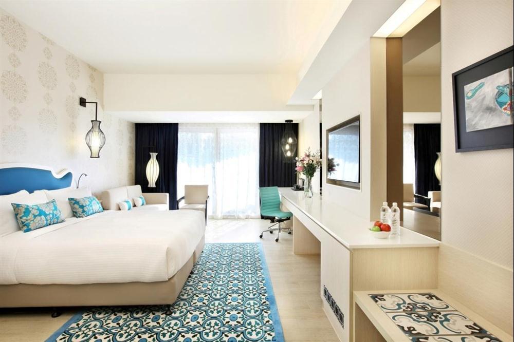 Kamar tipe Club Room di Village Hotel Katong.
