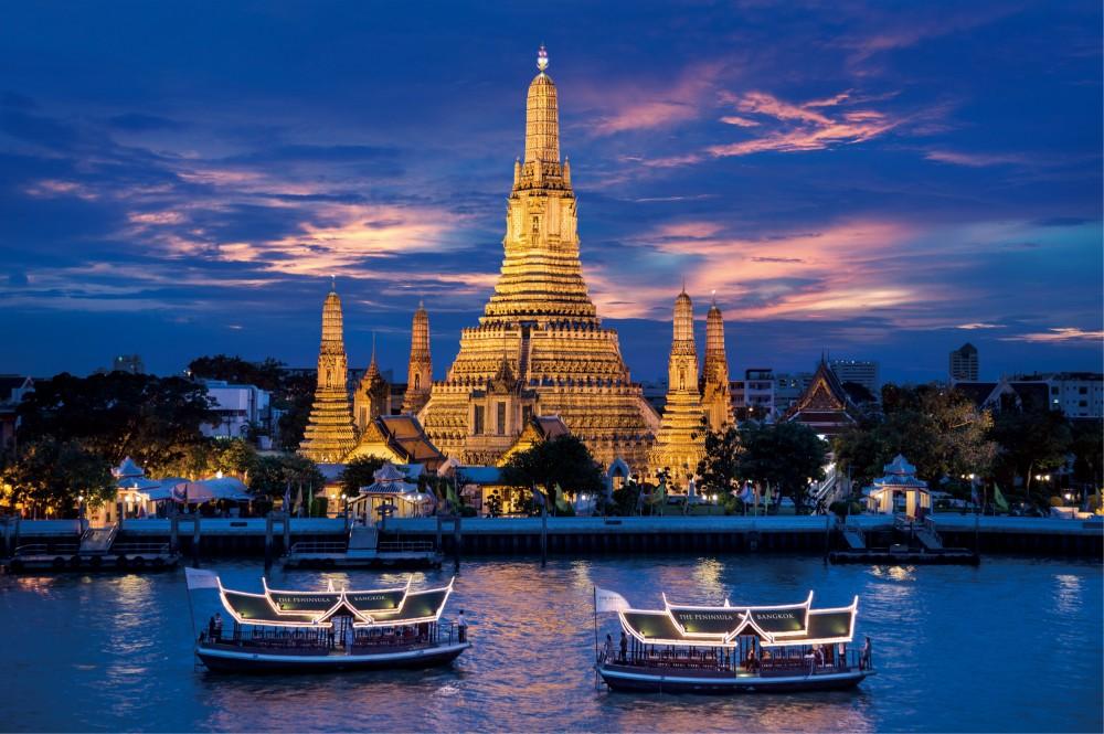 Jelajah sungai menggunakan kapal milik Peninsula Bangkok.