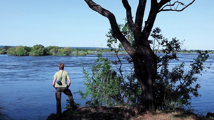 Pemandu di tepi Sungai Zambesi.