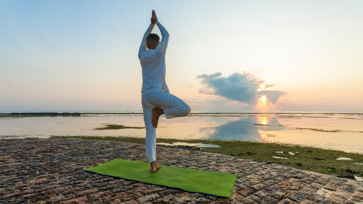 Selain makan, yoga bisa jadi kegiatan alternatif untuk menghabiskan waktu di resor.