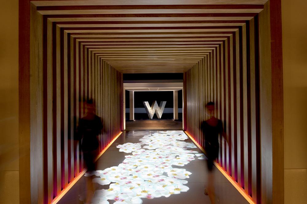 Lorong dengan leter W khas properti W Hotels.