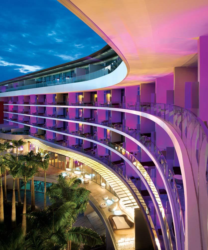 Balkon-balkon berhiaskan warna jambon.